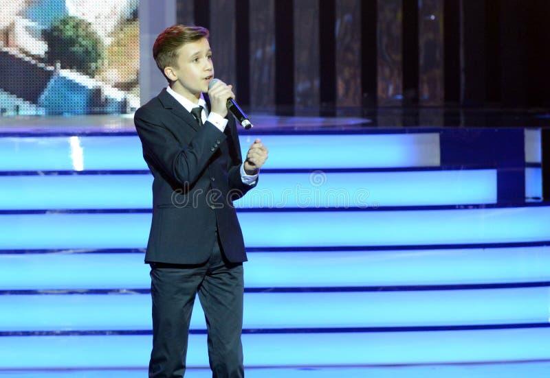 Rysk sångare, skådespelare av teatern och bio, representanten av Ryssland på Junior Eurovision Mikhail Smirnov 2015 på ceremonen royaltyfria bilder