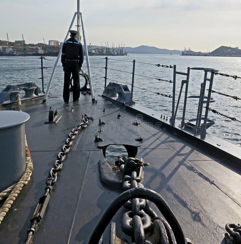 Rysk sjöman på däcket av en krigsskepp i Vladivostok royaltyfria bilder