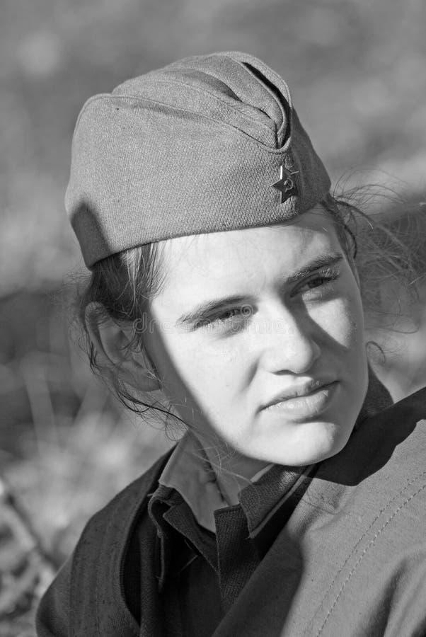 Rysk soldat-reenactorkvinna. Svartvit stående. arkivbilder
