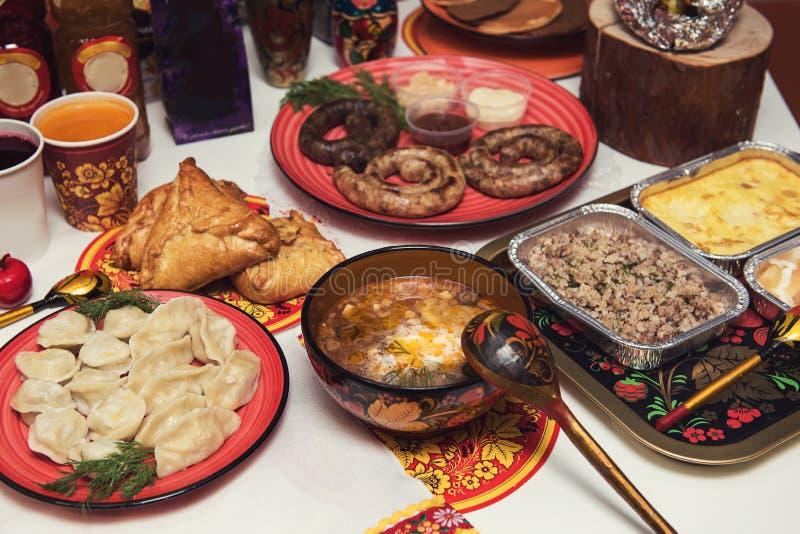 Rysk tabell med mat fotografering för bildbyråer