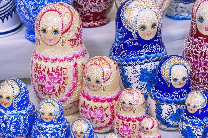 Rysk trädockamatryoshka på räknaren av presentaffären Matryoshka ?r en nationell rysk souvenir fotografering för bildbyråer
