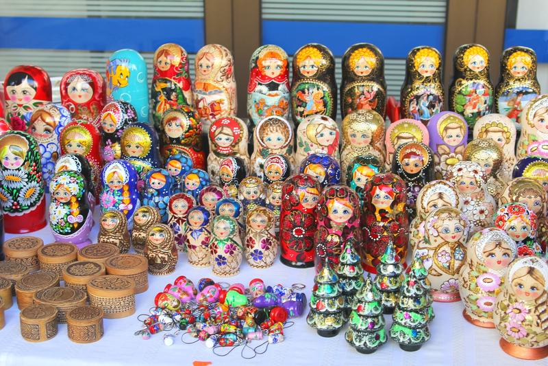 Ryska dockor som är till salu i en souvenir, shoppar royaltyfri bild