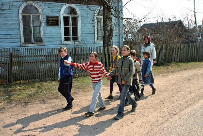 Ryska elever av lantliga skolor, går utomhus arkivfoton