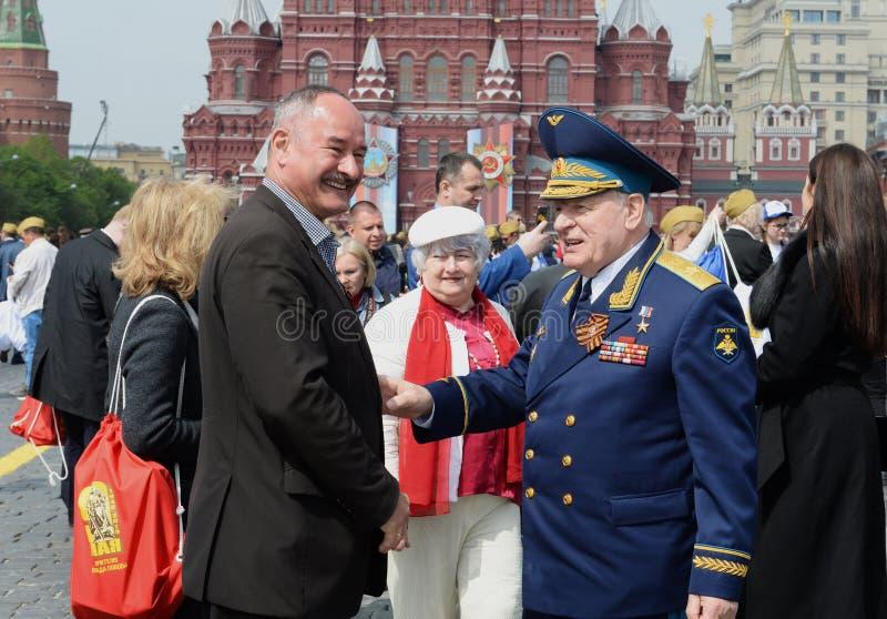 Ryska federationens hjälte, armégeneral Vladimir Mikhailov pÃ¥ den röda torget i Moskva pÃ¥ segerdagen fotografering för bildbyråer