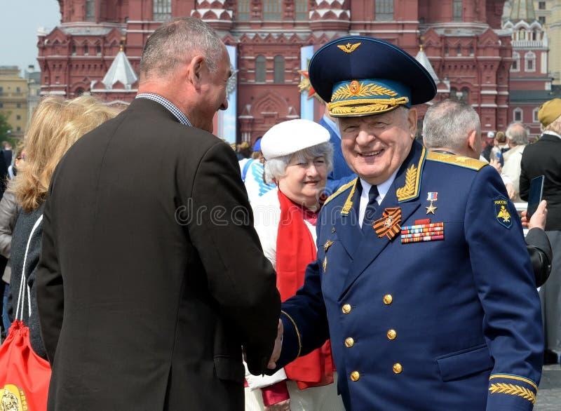 Ryska federationens hjälte, armégeneral Vladimir Mikhailov på den röda torget i Moskva på segerdagen royaltyfria bilder