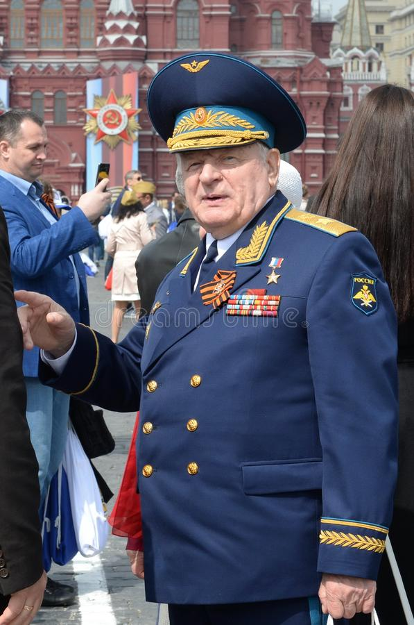 Ryska federationens hjälte, armégeneral Vladimir Mikhailov på den röda torget i Moskva på segerdagen royaltyfri fotografi