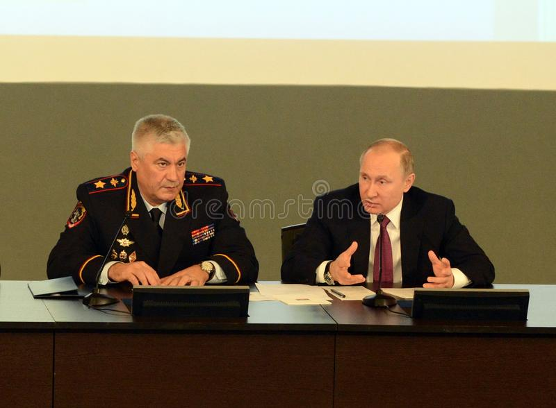 Ryska federationens president Vladimir Putin och inrikesminister, polischefen Vladimir Kolokoltsev royaltyfri foto
