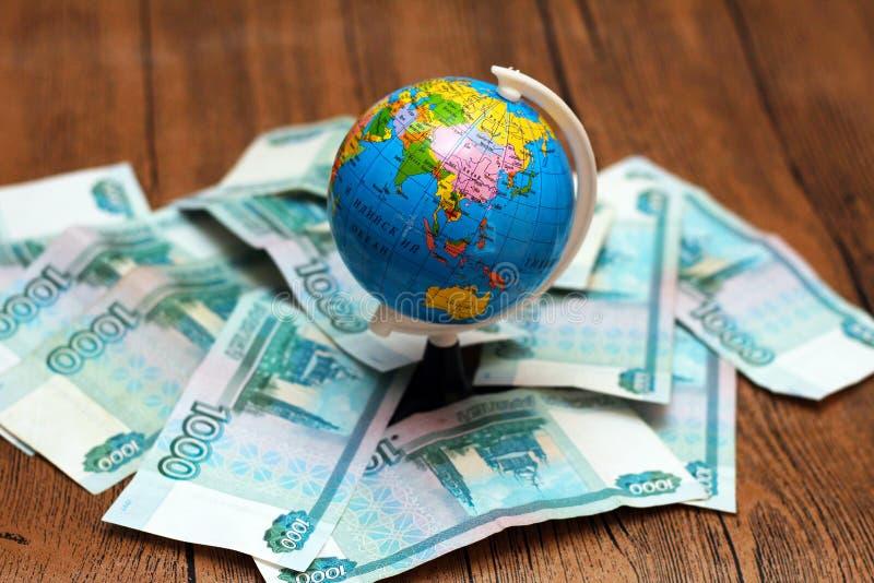 Ryska pengar och jordklotet royaltyfri bild