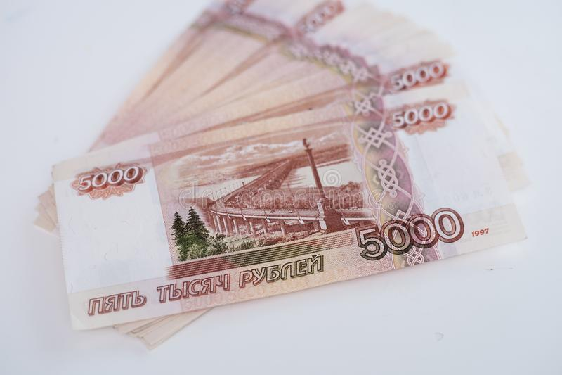 Ryska pengarsedlar med st?rst v?rde 5000 rubel st?nger sig upp royaltyfri foto