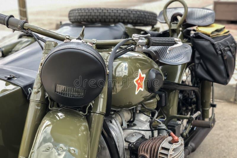 Ryska retro kakier för motorcykel URAL Moto under det andra världskriget med sovjetiska symboler royaltyfri bild