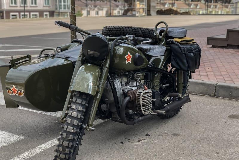 Ryska retro kakier för motorcykel URAL Moto under det andra världskriget med sovjetiska symboler royaltyfria bilder