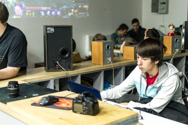 Ryska tonåringar som spelar videopp dataspelar royaltyfri fotografi