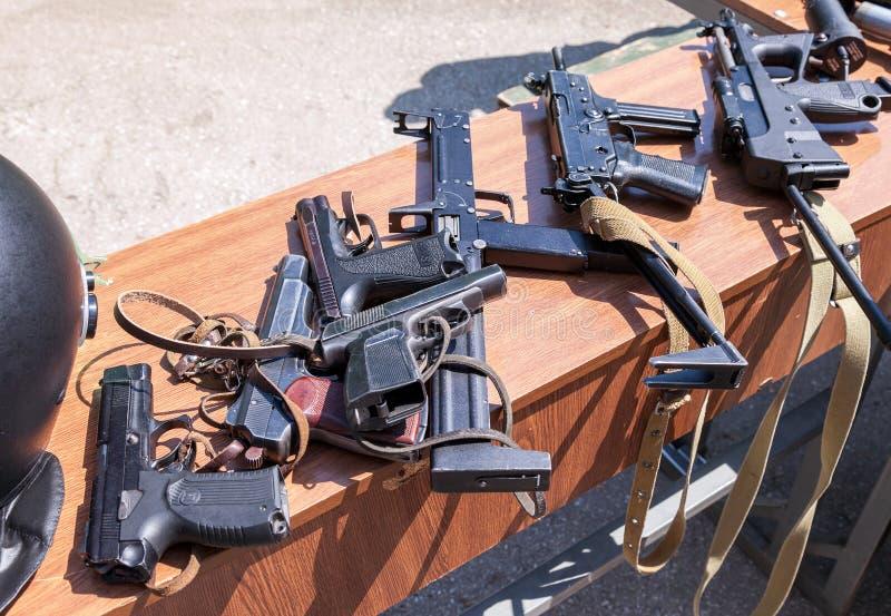Ryska vapen Prövkopior av ryska handeldvapen arkivfoto