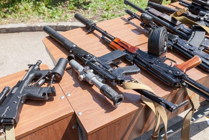 Ryska vapen Prövkopior av ryska handeldvapen fotografering för bildbyråer