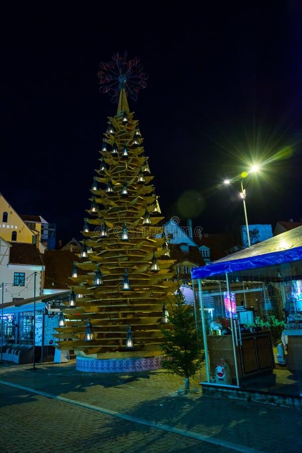 RYSKI, LATVIA: Bożenarodzeniowa dekoracja w nocy mieście Choinki, girlandy, instalacje, światła obrazy royalty free