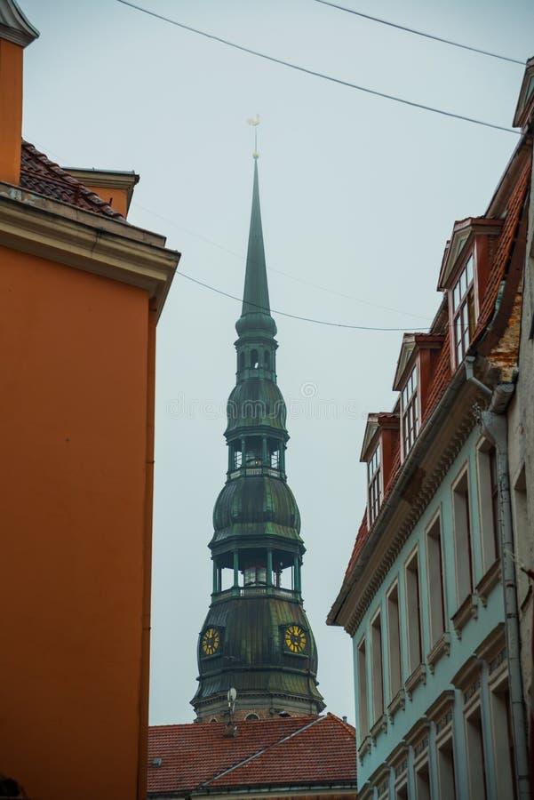 Ryski, Latvia: Iglica kościół St Peter jest jeden symbole i jeden główni widoki miasto Ryski Złoty pionek na wierzchołku obraz royalty free