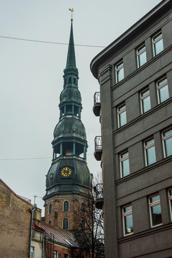 Ryski, Latvia: Iglica kościół St Peter jest jeden symbole i jeden główni widoki miasto Ryski Złoty pionek na wierzchołku obraz stock