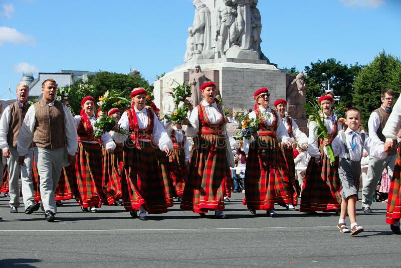 RYSKI, LATVIA, LIPIEC - 06: Ludzie w krajowych kostiumach przy Latvi zdjęcie royalty free