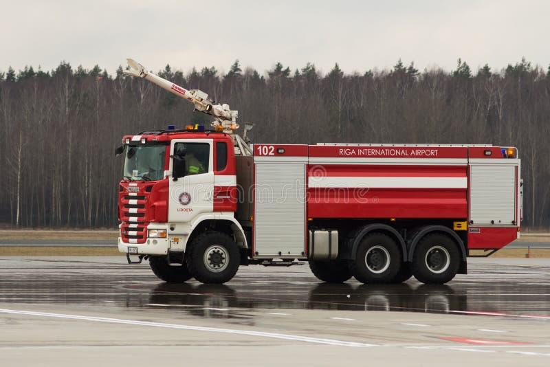 RYSKI, LATVIA, LISTOPAD - 11 2017: Nowożytny samochód strażacki przy lotniskowym Pożarniczym działem w Ryskim lotnisku międzynaro zdjęcia stock