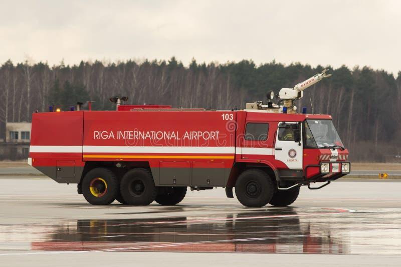 RYSKI, LATVIA, LISTOPAD - 11 2017: Nowożytny samochód strażacki przy lotniskowym Pożarniczym działem w Ryskim lotnisku międzynaro obrazy stock
