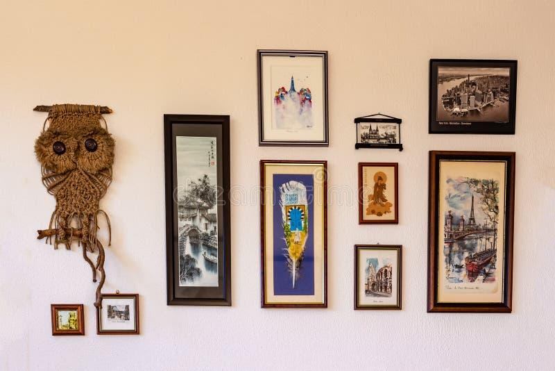 Ryski, Latvia, Listopad - 15, 2018: Rama kolaż z ulica obrazkami na bielu gipsował textured ścianę zdjęcia royalty free