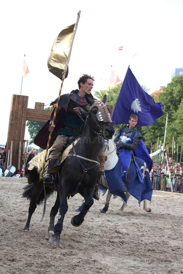 RYSKI, LATVIA, SIERPIEŃ - 21: Członek diabłów jeźdzów wyczynu kaskaderskiego te obraz royalty free
