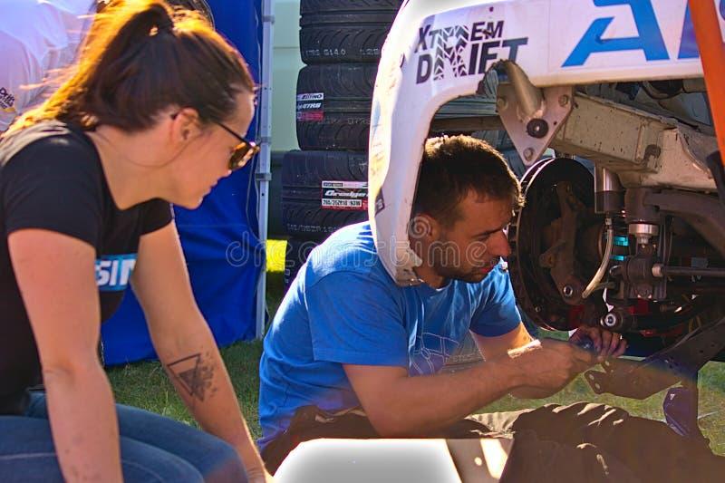 Ryski, mechanik załatwia lewego tylni hamulec Latvia, Sierpień - 02, 2019 - zdjęcia royalty free