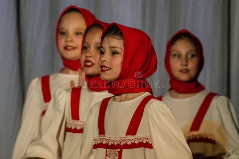 Ryskt folkdansstridliv i dans i staden av Kondrovo, Kaluga region i Ryssland i 2016 arkivfoto