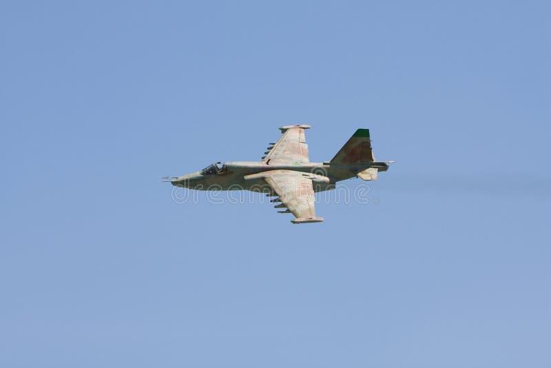 Ryskt militärt kämpeflygplan SU-25 i flykten arkivfoto