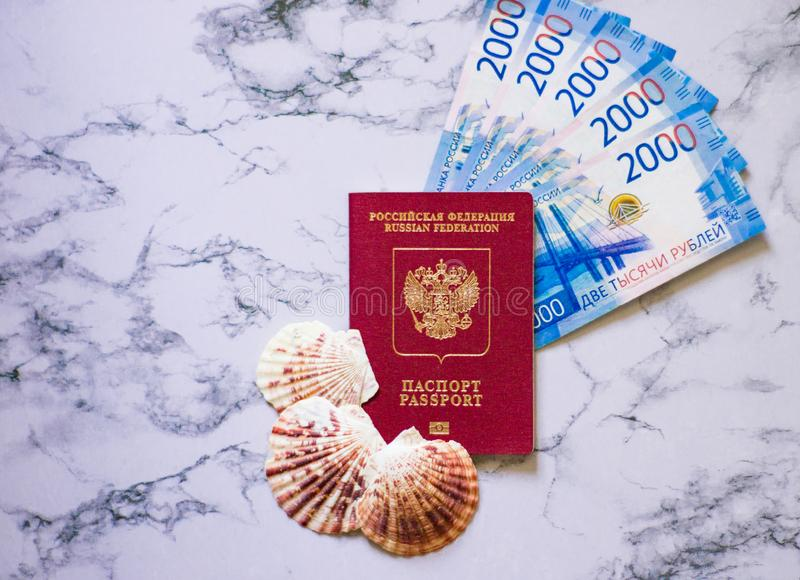Ryskt pass med blåa pengar och snäckskal fotografering för bildbyråer