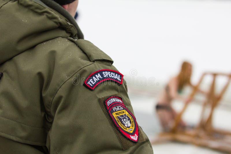 Ryskt polisiärt emblem på baksidan OMON under molnig dag för vinter royaltyfria bilder