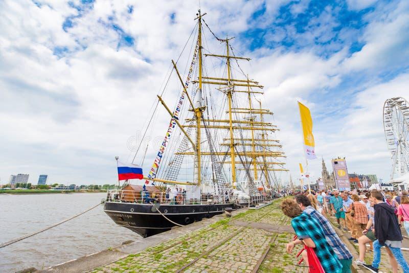 Ryskt seglingskepp Kruzenstern som ses i Antwerp under de högväxta skeppen R royaltyfri bild
