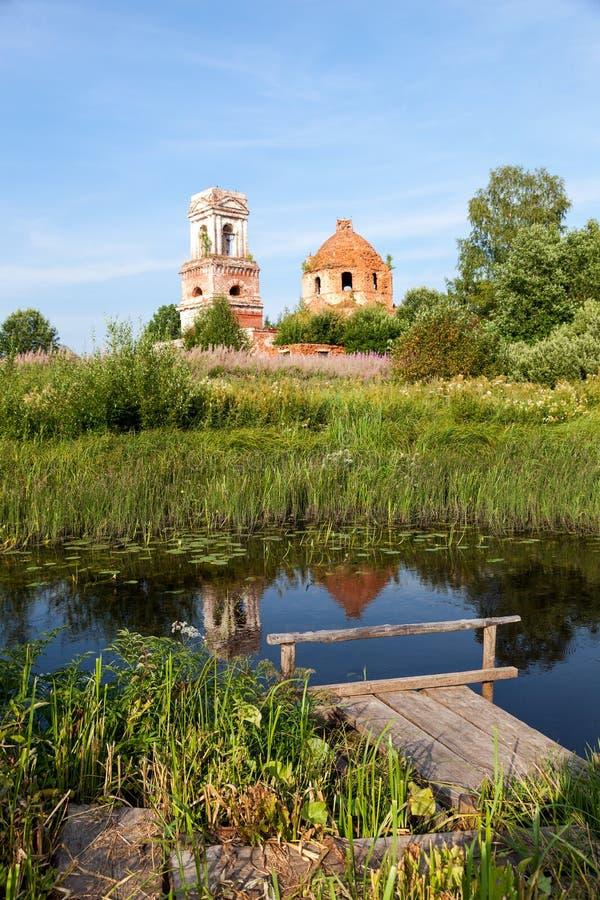 Ryskt sommarlandskap med den forntida kyrkan royaltyfri bild