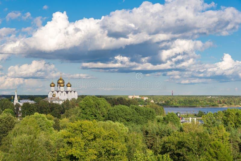 Ryskt sommarlandskap med vit chuch arkivfoton