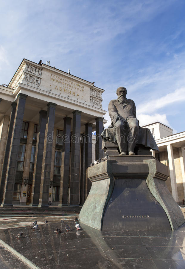 Ryskt statligt arkiv (arkivnamn av Lenin) och en monument av ryssförfattaren Dostoievsky, i Moskva arkivbild