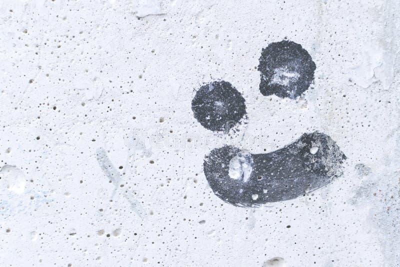 Rysować złośliwego uśmiech na białej betonowej ścianie obrazy stock