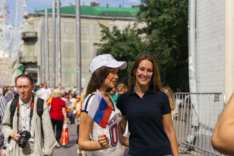 Ryss fläktar att ta bilden för matchen på den Nokolskaya streen arkivfoto