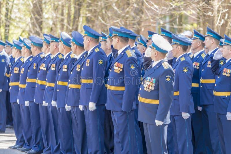 Ryss kommenderar på ståta på tillfället av de Victory Day berömmarna på Maj 9 royaltyfri bild