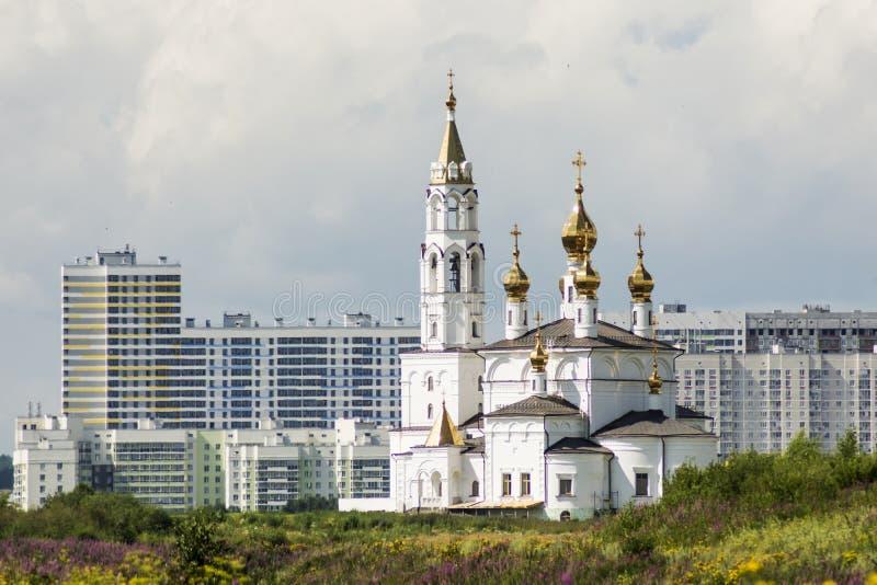 Ryssland Ekaterinburg Ortodox kyrka på en bakgrund av stadslandskapet arkivbilder