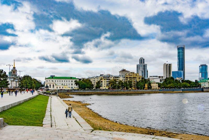 Ryssland Ekaterinburg Sikt av stadsdammet och den Yekaterinburg staden royaltyfria foton