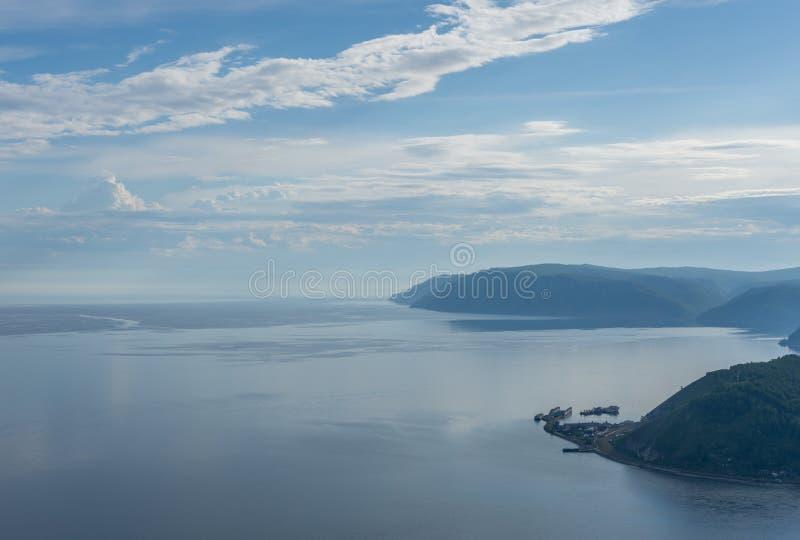 Ryssland Irkutsk region, Listvyanka sikt av Lake Baikal från berget på en sommardag arkivbild