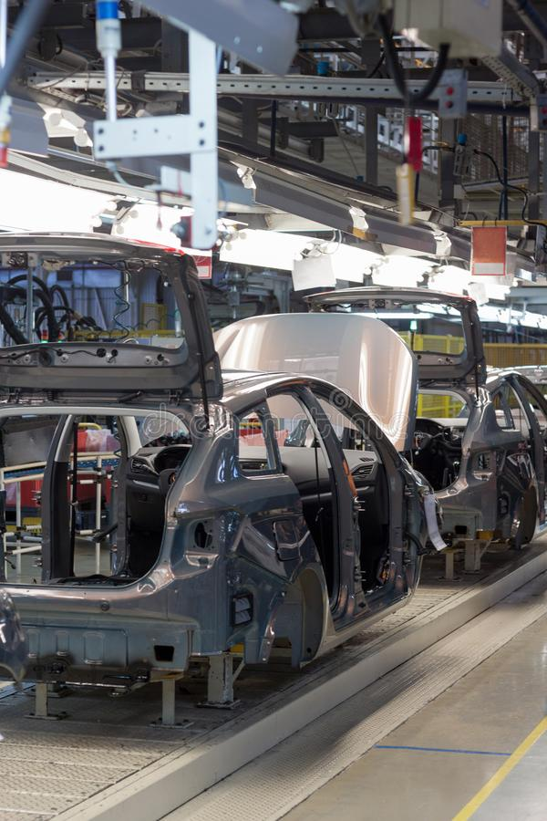 Ryssland Izhevsk - December 15, 2018: LADA Automobile Plant Izhevsk Ramkonstruktion av den nya bilen på transportörlinjen royaltyfria bilder