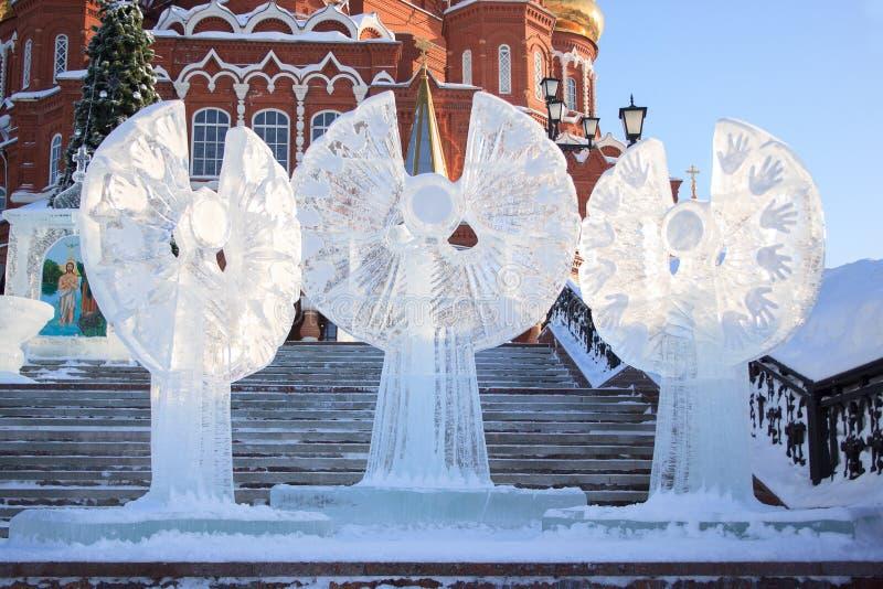 Ryssland Izhevsk - Januari 29, 2017: Tre isänglar står nära den Svyato Mikhaylovskiy soboren fotografering för bildbyråer