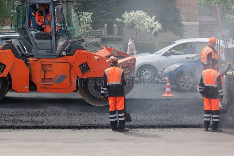 Ryssland Izhevsk - Maj 30, 2018: Vägarbete Lägga ny asfalt överst av det gammalt royaltyfri fotografi
