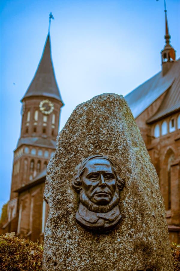 Ryssland, Kaliningrad, 05 11 2018: gravestone på Immanuel Kants grav mot katedralens bakgrund i Kenigsberg arkivfoton