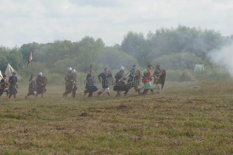 RYSSLAND KALUGA-REGION, DZERZHINSKY-OMRÅDE, DVORTSY - JULI 14, 2018: Rekonstruktion av militära operationer i 1480 Soldater med royaltyfri foto