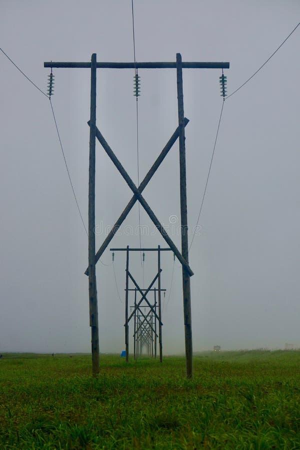 Ryssland Kamchatka de elektriska polerna längs havskostnaden arkivfoton