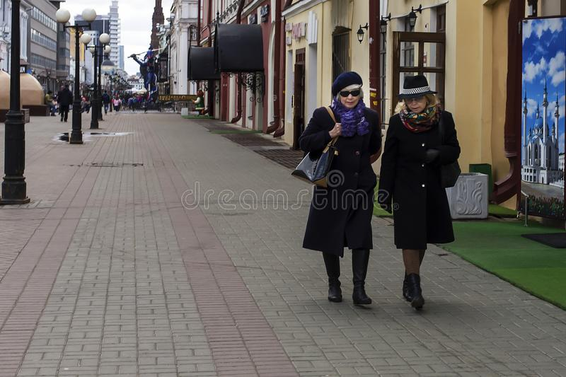 Ryssland Kazan, kan 3, 2018, kvinnor som går runt om staden, ledare royaltyfria foton