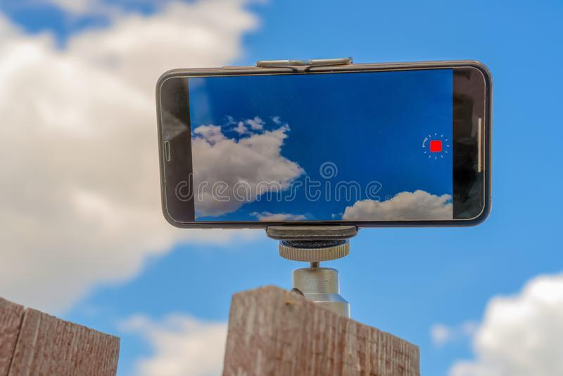 Ryssland Kazan - Maj 10, 2019: iPhonen XS skjuter den videopd tidschackningsperioden Himmelfoto p? iPhonen XS royaltyfri foto