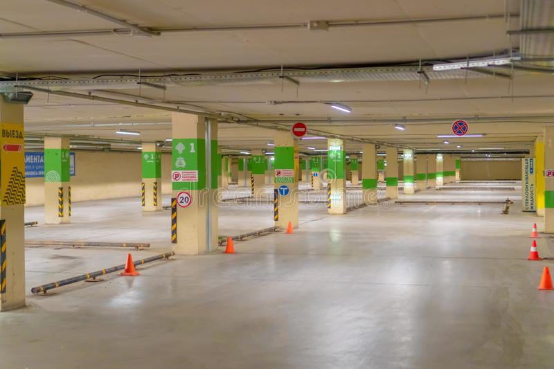 Ryssland Kazan - Maj 10, 2019 Ljus underjordisk parkering utan bilar royaltyfri bild